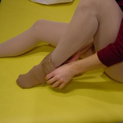 Ziehen Sie den Kompressionsstrumpf über Ihren Fuß.