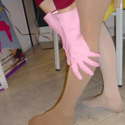 Falten in den Kompressionsstrümpfen lassen sich mit Hilfe von Spülhandschuhen verstreichen.